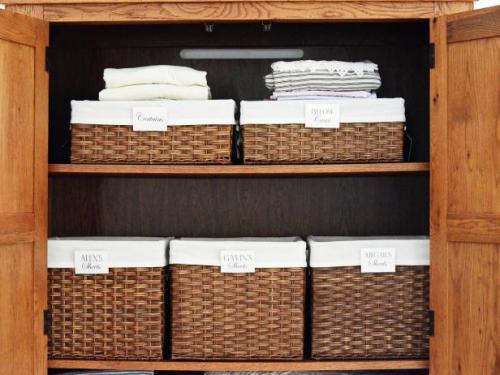 Original_Toni-Hammersley-organized-linen-basket_s4x3.jpg.rend.hgtvcom.616.462